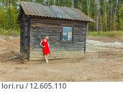 Купить «Красивая азиатская девушка возле заброшенного дома», фото № 12605110, снято 29 августа 2015 г. (c) Сосенушкин Дмитрий Александрович / Фотобанк Лори