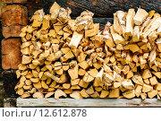 Купить «Pile of firewood or kindling on bench outside a cabin.», фото № 12612878, снято 16 июня 2019 г. (c) PantherMedia / Фотобанк Лори