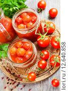 Купить «Консервированные помидоры в томатном соке», фото № 12640858, снято 4 сентября 2015 г. (c) Надежда Мишкова / Фотобанк Лори