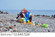 Купить «Мусор на галечном пляже на берегу Черного моря», фото № 12643526, снято 18 августа 2015 г. (c) Александр Замараев / Фотобанк Лори