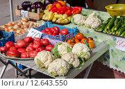 Продажа свежих овощей на сельскохозяйственном рынке. Стоковое фото, фотограф FotograFF / Фотобанк Лори
