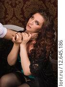 Мужская рука душит сексуальную женщину. Стоковое фото, фотограф Дмитрий Черевко / Фотобанк Лори