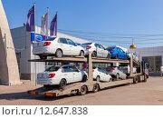 Купить «Самара. Грузовой автомобиль привез новые легковые автомобили в автосалон Datsun», фото № 12647838, снято 23 июня 2015 г. (c) FotograFF / Фотобанк Лори