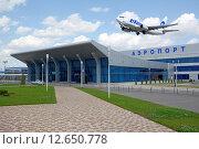 Купить «Самолет летит над зданием аэропорта», фото № 12650778, снято 21 августа 2013 г. (c) Карданов Олег / Фотобанк Лори