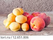 Купить «Спелые персики и абрикосы», фото № 12651806, снято 16 августа 2015 г. (c) Ален Лагута / Фотобанк Лори