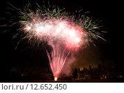 Купить «Парковый фейерверк (салют) на День города Москвы в районе Тропарево-Никулино в парке Никулино», эксклюзивное фото № 12652450, снято 5 сентября 2015 г. (c) Алексей Бок / Фотобанк Лори