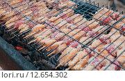 Купить «Шашлык из лосося, посыпанный кунжутом», видеоролик № 12654302, снято 17 августа 2015 г. (c) Denis Mishchenko / Фотобанк Лори