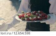 Купить «Официант кладет канапе из сыра моцарелла, помидоров и огурцов на блюдо», видеоролик № 12654598, снято 17 августа 2015 г. (c) Denis Mishchenko / Фотобанк Лори