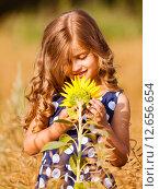 Радостная девочка на лугу с подсолнухом. Стоковое фото, фотограф Оксюта Виктор / Фотобанк Лори