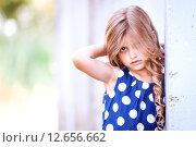Рыжеволосая девочка в синем платье в горошек. Стоковое фото, фотограф Оксюта Виктор / Фотобанк Лори