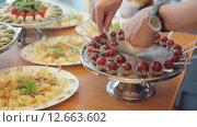 Купить «Шеф-повар кладет спелый виноград, орехи и шоколад на большой серебряный поднос», видеоролик № 12663602, снято 11 июля 2015 г. (c) Denis Mishchenko / Фотобанк Лори