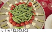 Купить «Большой поднос канапе с помидорами, моцареллой и соусом», видеоролик № 12663902, снято 11 июля 2015 г. (c) Denis Mishchenko / Фотобанк Лори