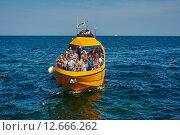Купить «Туристы в желтой прогулочной лодке выходят в море. Одесса, Украина», фото № 12666262, снято 31 августа 2015 г. (c) Вдовиченко Денис / Фотобанк Лори