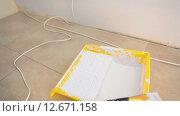 Кювета для краски на полу во время работ по окрашиванию стен. Стоковое видео, видеограф Кекяляйнен Андрей / Фотобанк Лори