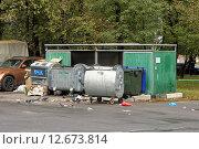 Купить «Мусорные контейнеры во дворе жилого дома», эксклюзивное фото № 12673814, снято 6 сентября 2015 г. (c) Константин Косов / Фотобанк Лори