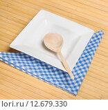 Купить «Белая пустая квадратная тарелка с деревянной ложкой», фото № 12679330, снято 11 сентября 2015 г. (c) Алёшина Оксана / Фотобанк Лори