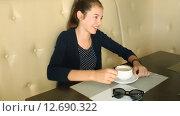 Девочка пьет кофе и разговаривает по телефону. Стоковое видео, видеограф Анна Балалаева / Фотобанк Лори
