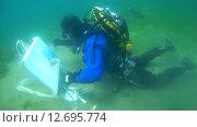 Купить «Подводный художник Юрий Адексеев рисует картину под водой в озере Байкал», видеоролик № 12695774, снято 5 сентября 2014 г. (c) Некрасов Андрей / Фотобанк Лори