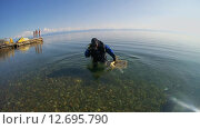 Купить «Подводный художник готовится к погружению на озере Байкал для того чтоб написать подводную картину», видеоролик № 12695790, снято 5 сентября 2014 г. (c) Некрасов Андрей / Фотобанк Лори