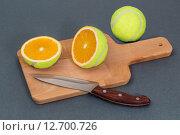 Порезанный теннисный мяч с апельсином внутри. Стоковое фото, фотограф Евгений Чернышов / Фотобанк Лори