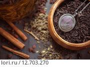 Купить «Сухая чайная заварка и ситечко для чая», фото № 12703270, снято 13 июня 2015 г. (c) Jan Jack Russo Media / Фотобанк Лори