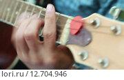 Купить «Человек играет на гитаре», видеоролик № 12704946, снято 8 мая 2015 г. (c) Потийко Сергей / Фотобанк Лори