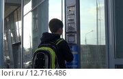 Купить «Мальчик вводит код в домофон», видеоролик № 12716486, снято 20 сентября 2015 г. (c) Сергей Юдинцев / Фотобанк Лори