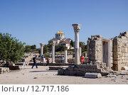 Владимирский собор и старый портал с колоннами в Херсонесе (2015 год). Редакционное фото, фотограф Ольга Данилова / Фотобанк Лори
