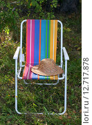 Купить «Складное кресло и старая соломенная шляпа», эксклюзивное фото № 12717878, снято 15 августа 2015 г. (c) Щеголева Ольга / Фотобанк Лори