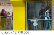 Купить «Посетители торгового центра в лифте», видеоролик № 12718566, снято 20 сентября 2015 г. (c) Сергей Юдинцев / Фотобанк Лори