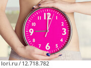 Биологические часы тикают - розовые часы в женских руках. Стоковое фото, фотограф Дегтярева Виктория / Фотобанк Лори