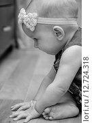 Купить «Восьми месячный ребенок сидит на полу», фото № 12724318, снято 4 сентября 2015 г. (c) Анастасия Улитко / Фотобанк Лори