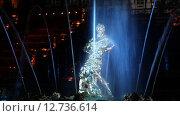 """Купить «Праздник фонтанов """"Рождённые словом"""". Вид на фонтан """"Самсон""""  с праздничной подсветкой», эксклюзивный видеоролик № 12736614, снято 11 сентября 2015 г. (c) Литвяк Игорь / Фотобанк Лори"""
