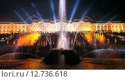 """Купить «Праздник фонтанов """"Рождённые словом"""". Вид на фонтан """"Самсон""""  с праздничной подсветкой», эксклюзивный видеоролик № 12736618, снято 11 сентября 2015 г. (c) Литвяк Игорь / Фотобанк Лори"""