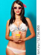 Девушка в бикини позирует с коктейлем в руках. Стоковое фото, фотограф Евгения Устиновская / Фотобанк Лори