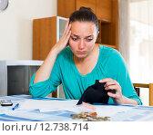 Купить «Portrait of woman with empty wallet», фото № 12738714, снято 25 марта 2019 г. (c) Яков Филимонов / Фотобанк Лори