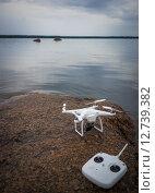Квадрокоптер на берегу Финского залива (2015 год). Редакционное фото, фотограф Наталья Гарнелис / Фотобанк Лори