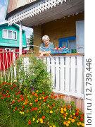 Купить «Пожилая женщина стоит, отдыхая, на крылечке садового домика и смотрит в камеру», эксклюзивное фото № 12739446, снято 16 августа 2015 г. (c) Наталья Федорова / Фотобанк Лори