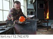 Купить «Transjö, Sweden, Lars Glasblaeser Skulberg at work», фото № 12742670, снято 17 апреля 2014 г. (c) Caro Photoagency / Фотобанк Лори