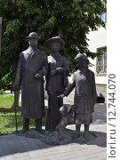 Купить «Скульптура древних жителей города Симбирска (Ульяновска)», эксклюзивное фото № 12744070, снято 8 июля 2015 г. (c) Иван Мацкевич / Фотобанк Лори