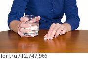 Женщина хочет принять таблетку и запить водой. Стоковое фото, фотограф Валерий Апальков / Фотобанк Лори
