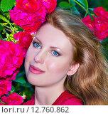 Красивая молодая женщина с красными розами. Стоковое фото, фотограф Оксана Дорохина / Фотобанк Лори
