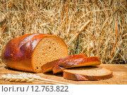 Купить «Ломтики свежеиспеченного ржаного хлеба на фоне стоге сена», фото № 12763822, снято 21 апреля 2015 г. (c) Константин Лабунский / Фотобанк Лори