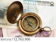 Старинный компас на фоне юаней. Стоковое фото, фотограф Анна Зеленская / Фотобанк Лори
