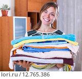 Купить «Housewife with stack of linen», фото № 12765386, снято 21 января 2020 г. (c) Яков Филимонов / Фотобанк Лори