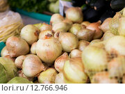 Купить «close up of onion at street market», фото № 12766946, снято 27 июля 2015 г. (c) Syda Productions / Фотобанк Лори