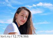 Купить «Девушка брюнетка на фоне голубого неба», фото № 12774966, снято 23 июня 2015 г. (c) Ирина Здаронок / Фотобанк Лори