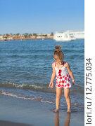 Купить «Маленькая девочка играет на песке», фото № 12775034, снято 21 сентября 2014 г. (c) Сосенушкин Дмитрий Александрович / Фотобанк Лори