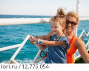 Купить «Маленькая девочка с матерью смотрят на море», фото № 12775054, снято 19 сентября 2014 г. (c) Сосенушкин Дмитрий Александрович / Фотобанк Лори