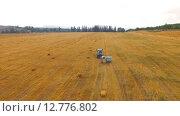 Купить «Трактор едет по стерне», видеоролик № 12776802, снято 17 августа 2015 г. (c) Владимир Кравченко / Фотобанк Лори